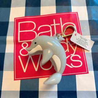 バスアンドボディーワークス(Bath & Body Works)の【新品】バスアンドボディワークス ジェル ホルダー ドルフィン(キーホルダー)