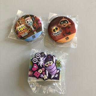 ディズニー(Disney)のくら寿司のオリジナルキーホルダー、缶バッチ3個セット(バッジ/ピンバッジ)