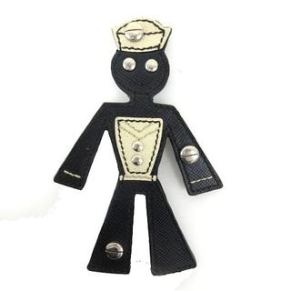 プラダ(PRADA)のプラダ PRADA 美品 ブローチ 水兵 モチーフ サフィアーノレザー 黒 ブラ(ブローチ/コサージュ)
