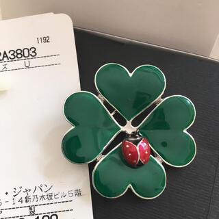 モスキーノ(MOSCHINO)のモスキーノ イタリー製 幸せ四つ葉とてんとう虫のブローチ(ブローチ/コサージュ)