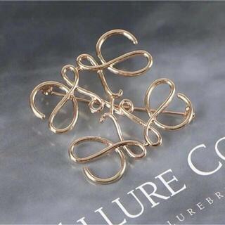 ロエベ(LOEWE)のLOEWE アナグラムデザイン ブローチ ゴールド 新品(コサージュ/ブローチ)