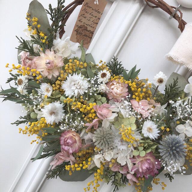 淡いピンクの小花とミモザのリース*ドライフラワーリース ハンドメイドのフラワー/ガーデン(ドライフラワー)の商品写真