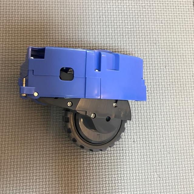 iRobot(アイロボット)の【値引交渉可】ルンバ タイヤ 左側 スマホ/家電/カメラの生活家電(掃除機)の商品写真