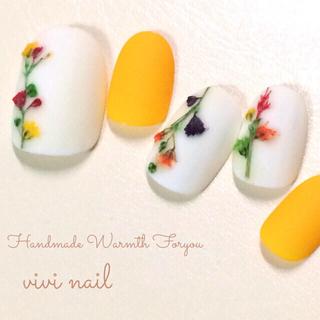 イエローの素朴な押し花ネイル コスメ/美容のネイル(つけ爪/ネイルチップ)の商品写真