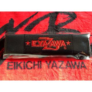 ヤザワコーポレーション(Yazawa)のE.YAZAWA 矢沢永吉 シートベルトパッド ロゴ 星 ブラック/レッド(ミュージシャン)