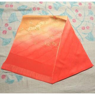 鮮やかなピンクのぼかしに葉や流水 帯揚げ(和装小物)