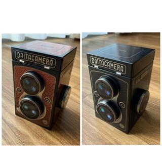 カルディ(KALDI)のKALDI カルディ カメラ缶 2個セット(茶、黒)(菓子/デザート)