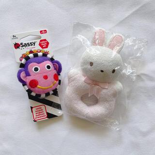 ファミリア(familiar)のファミリア サッシー 音が鳴るおもちゃ 二つセット ピンク うさぎ(知育玩具)