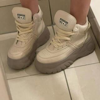 ベージュの厚底靴(スニーカー)
