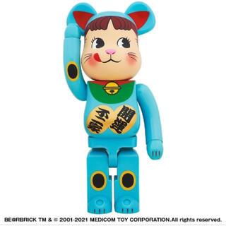 メディコムトイ(MEDICOM TOY)のBE@RBRICK 招き猫 ペコちゃん 青蓄光 1000% (キャラクターグッズ)