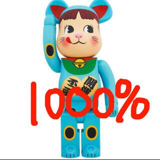 メディコムトイ(MEDICOM TOY)の1000% BE@RBRICK 招き猫 ペコちゃん 青蓄光(キャラクターグッズ)