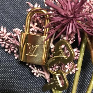 ルイヴィトン(LOUIS VUITTON)の◆LOUS VUITTON◆パドロック◾️南京錠◾️USED美品(チャーム)