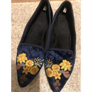 ジーユー(GU)のベロア 花柄刺繍 オペラシューズ パンプス(スリッポン/モカシン)