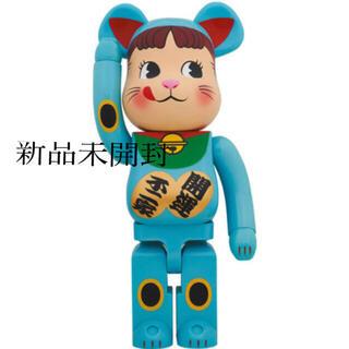 BE@RBRICK 招き猫 ペコちゃん 青蓄光 1000%(フィギュア)