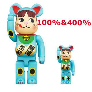 メディコムトイ(MEDICOM TOY)のBE@RBRICK 招き猫 ペコちゃん 青蓄光 100% & 400%(その他)
