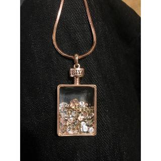 モスキーノ(MOSCHINO)の香水ボトル形にストーン入りペンダント長いネックレス(ネックレス)