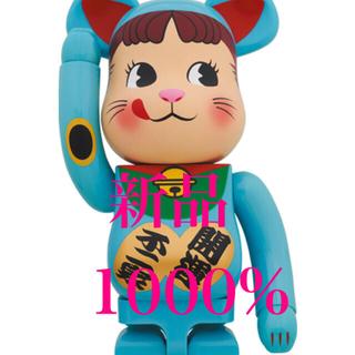 フジヤ(不二家)のBE@RBRICK 招き猫 ペコちゃん 青蓄光 1000%(その他)