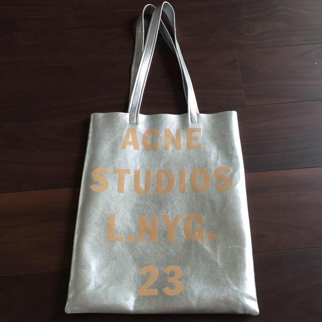ACNE(アクネ)のACNESTUDIOS シルバートートバッグ ベージュ 皮 レザー レディースのバッグ(トートバッグ)の商品写真