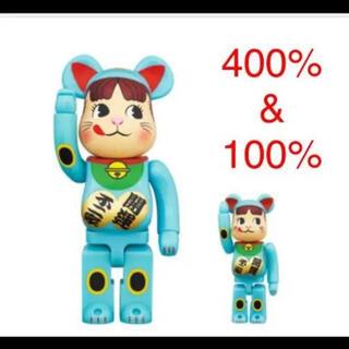 メディコムトイ(MEDICOM TOY)のベアブリック 招き猫 ペコちゃん 青蓄光 100% 400%(その他)