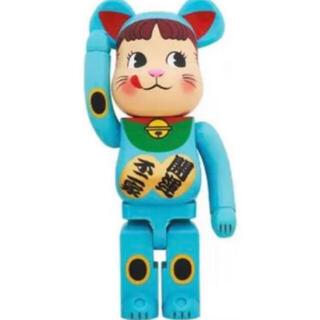 メディコムトイ(MEDICOM TOY)のBE@RBRICK 招き猫 ペコちゃん 青蓄光 1000%(その他)