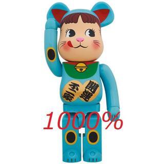 メディコムトイ(MEDICOM TOY)の新品未開封 BE@RBRICK 招き猫 ペコちゃん 青蓄光 1000%(その他)