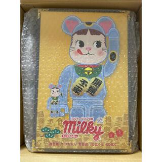 メディコムトイ(MEDICOM TOY)の BE@RBRICK 招き猫 ペコちゃん 青蓄光 100% & 400%(ぬいぐるみ/人形)