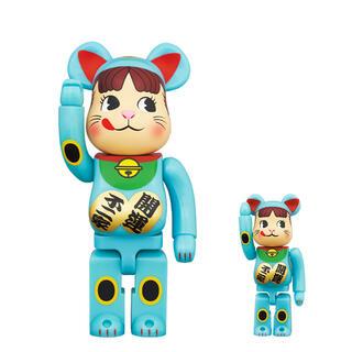 BE@RBRICK 招き猫 ペコちゃん 青蓄光 100% & 400%(キャラクターグッズ)