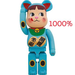 メディコムトイ(MEDICOM TOY)の即日配送!BEARBRICK 招き猫 ペコちゃん 青蓄光 1000%(その他)