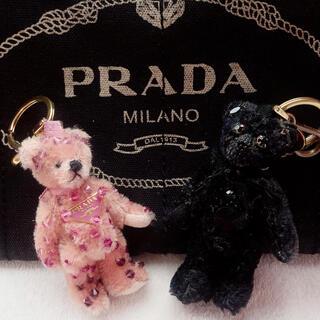 プラダ(PRADA)のプラダ ベア チャーム キーホルダー バッグ くま ピンク ビーズ 黒 ロゴ(キーホルダー)