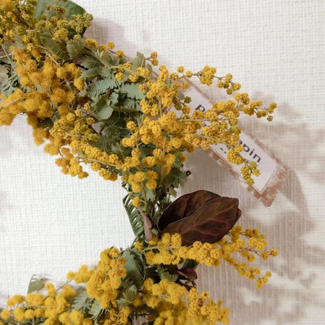 ミモザのリース クリスマスローズのブーケ 2点セット ハンドメイドのフラワー/ガーデン(ドライフラワー)の商品写真