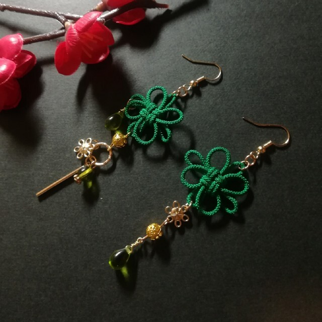 飾り結びとお花のピアス(緑) ハンドメイドのアクセサリー(ピアス)の商品写真