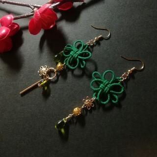 飾り結びとお花のピアス(緑)(ピアス)