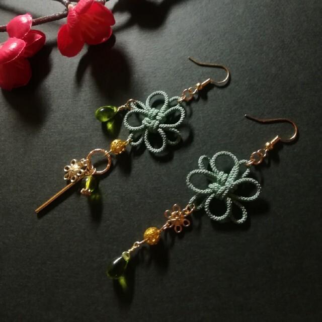 飾り結びとお花のピアス(薄緑) ハンドメイドのアクセサリー(ピアス)の商品写真