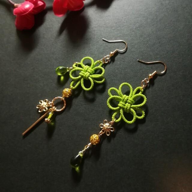 飾り結びとお花のピアス(若葉) ハンドメイドのアクセサリー(ピアス)の商品写真