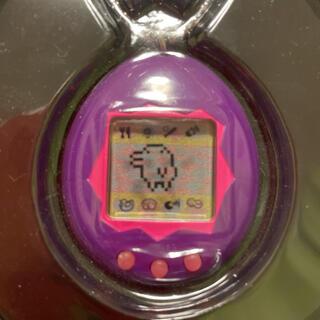 バンダイ(BANDAI)のTAMAGOTCHI たまごっち  海外版 レトロ レア  定番!!紫(携帯用ゲーム機本体)
