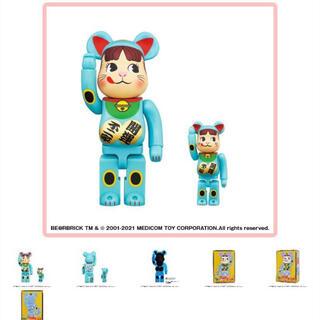 メディコムトイ(MEDICOM TOY)のBE@RBRICK 招き猫 ペコちゃん 不二家 青蓄光 100%400 % 新品(フィギュア)