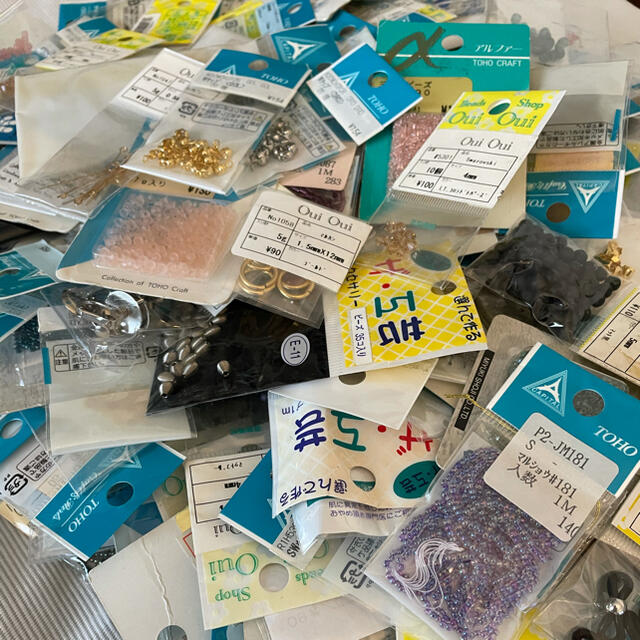 貴和製作所(キワセイサクジョ)のビーズ 大量 アクセサリーパーツ まとめ売り スワロフスキー 本 ハンドメイドの素材/材料(各種パーツ)の商品写真