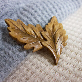 木彫り2枚葉のブローチ(コサージュ/ブローチ)