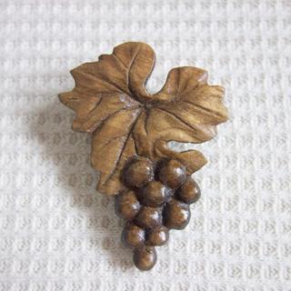 木彫りブドウのブローチ(コサージュ/ブローチ)