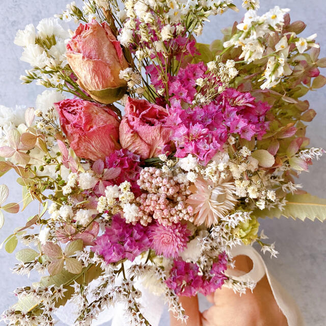 ドライフラワー White&pink バラとカスミソウ スワッグ ブーケ ハンドメイドのフラワー/ガーデン(ドライフラワー)の商品写真