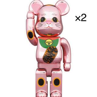 【2個セット】BE@RBRICK 招き猫 桃金メッキ 発光 400% (その他)