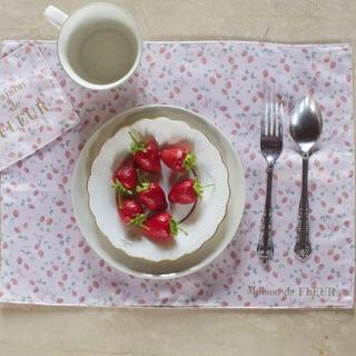 メゾンドフルール(Maison de FLEUR)のいちご柄ランチョンマットとコースター(テーブル用品)
