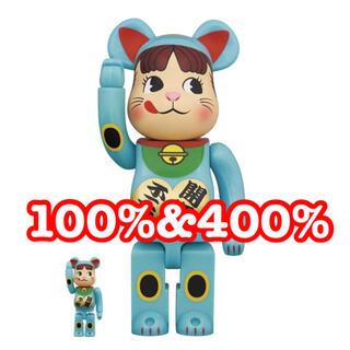 メディコムトイ(MEDICOM TOY)のBE@RBRICK 招き猫  ペコちゃん 青蓄光 100%&400%  (その他)