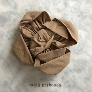 ミナペルホネン(mina perhonen)のミナペルホネン🌸コサージュ papier beige【新品未使用】(ブローチ/コサージュ)