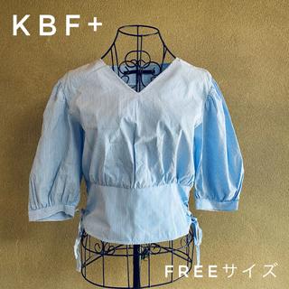 ケービーエフプラス(KBF+)のKBF+/サイドレースアップブラウス ストライプ/水色(シャツ/ブラウス(半袖/袖なし))
