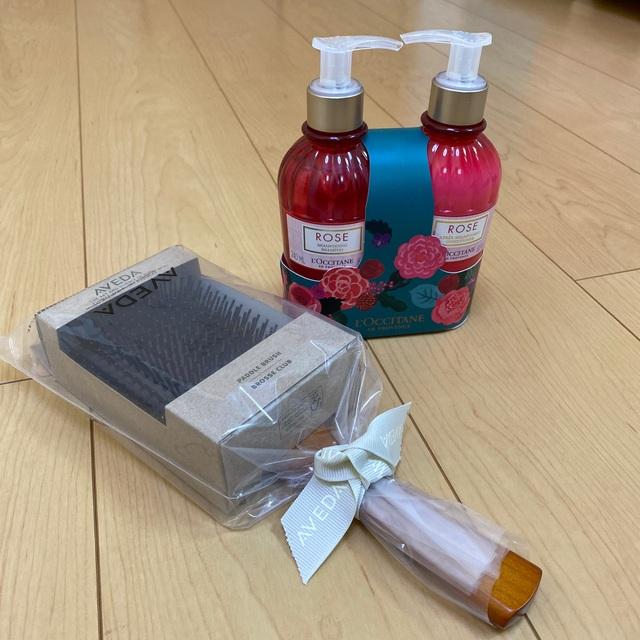 L'OCCITANE(ロクシタン)のパドルブラシ&ロクシタンシャンプーセット 送料込み コスメ/美容のヘアケア/スタイリング(シャンプー/コンディショナーセット)の商品写真
