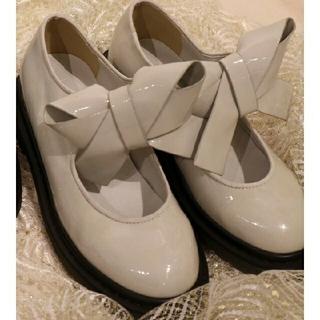 メリージェニー(merry jenny)のエナメルリボンラバーシューズ アイボリー(ローファー/革靴)