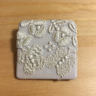mina perhonen - ミナペルホネン サンキューベリーバッジ flower cake アイボリー