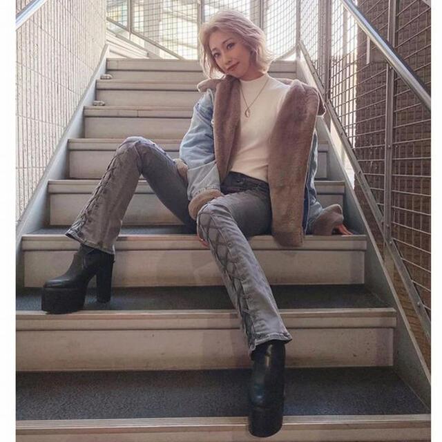 GYDA(ジェイダ)のジェイダ GYDA センターレースアップ フレアパンツ (グレー) レディースのパンツ(デニム/ジーンズ)の商品写真
