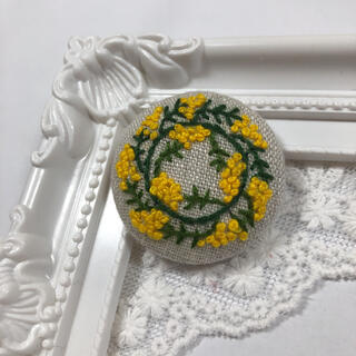 手刺繍 ミモザ リース くるみボタン ブローチ ヘアアクセサリー  40mm